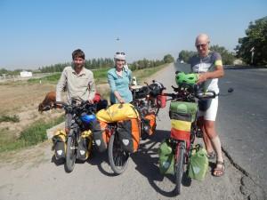 leuke ontmoeting met een Brussels koppel in onze laatste kms van Oezbekistan