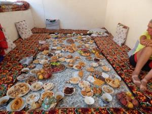 de feesttafel op het Suikerfeest ... teveel keuze om van alles eens te proeven