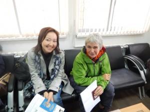 Agnes in gesprek met Azhar in de Indische Ambassade